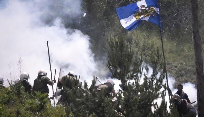 Μάχες σώμα με σώμα διαδηλωτών και ΜΑΤ