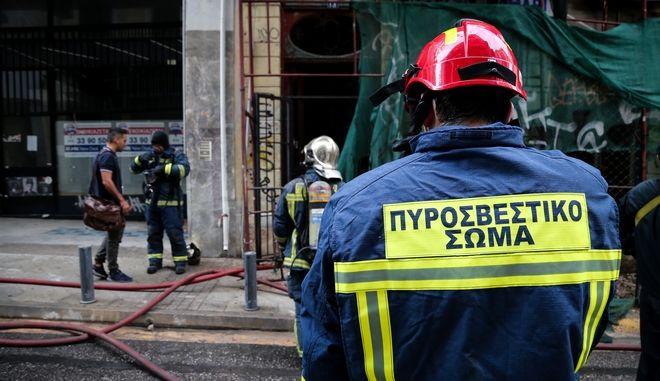 Κατάσβεση πυρκαγιάς σε εγκαταλελειμμένο κτήριο επι τιης Οδού Πραξιτέλους 13