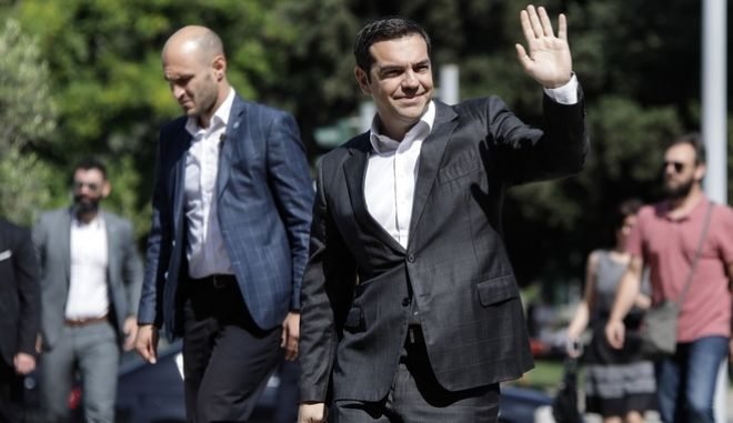 Ο πρωθυπουργός Αλέξης Τσίπρας κατευθύνεται στο Δημαρχείο Θεσσαλονίκης