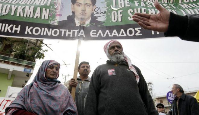 Οι γονείς του δολοφονημένου μετανάστη από το Πακιστάν Σ. Λουκμάν