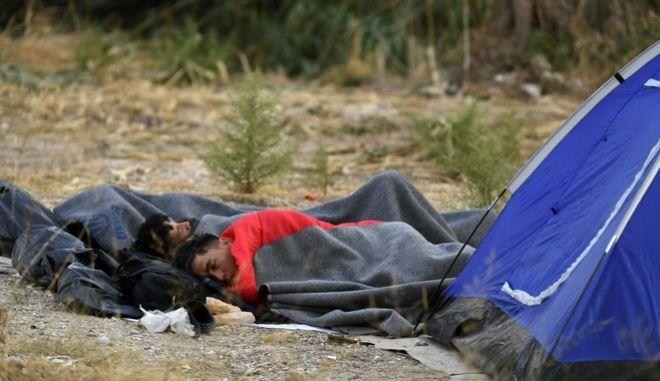 Πρόσφυγες κοιμούνται έξω από σκηνές στη Μόρια.