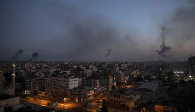 Μαύρος καπνός πάνω από στην πόλη της Γάζας, μετά από Ισραηλινές επιθέσεις.