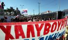 ΣΥΓΚΕΝΤΡΩΣΗ ΕΡΓΑΖΟΜΕΝΩΝ ΚΑΙ ΦΟΡΕΩΝ ΣΤΗ ΧΑΛΥΒΟΥΡΓΙΑ  Μετά το άνοιγμα του εργοστασίου της Χαλυβουργίας με εντολή Σαμαρά, οι εργαζόμενοι και μέλη πολιτικών και συνδικαλιστικών φορέων πραγματοποίησαν το απόγευμα της Παρασκευής 20 Ιουλίου 2012 πορεία προς το εργοστάσιο, με αποτέλεσμα να έχει κλείσει το ρεύμα της Εθνικής Οδού προς την Κόρινθο, κάτι που δυσχεραίνει την κλίνηση των οχημάτων.    (EUROKINISSI/ΓΙΑΝΝΗΣ ΠΑΝΑΓΟΠΟΥΛΟΣ