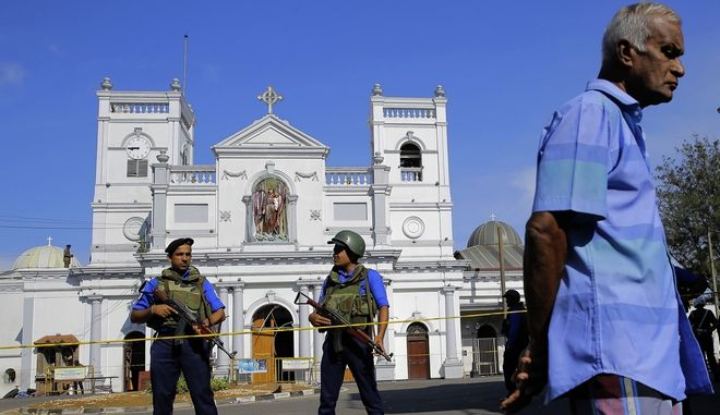Άνδρες των σωμάτων ασφαλείας έξω από εκκλησία που δέχτηκε βομβιστική επίθεση στη Σρι Λάνκα