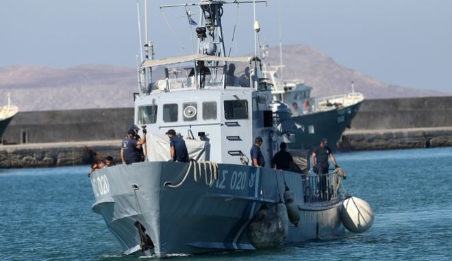 Μετανάστες αποβιβάζονται στο λιμάνι του Ηρακλείου την Πέμπτη 7 Σεπτεμβρίου 2017. Οι 72 μετανάστες εντοπίσθηκαν νωρίς το πρωί ανοικτά της Σαντορίνης από σκάφη του Λιμενικού, όταν το ιστιοφόρο σκάφος στο οποίο επέβαιναν εξέπεμψε σήμα κινδύνου. Στους μετανάστες, μεταξύ των οποίων βρίσκονται 22 παιδιά και βρέφη καθώς και 13 γυναίκες, παρασχέθηκαν οι πρώτες βοήθειες καθώς έφεραν εμφανή σημάδια ταλαιπωρίας, ενώ τα βρέφη μεταφέρθηκαν σε νοσοκομείο για παροχή καλύτερης φροντίδας. (EUROKINISSI)