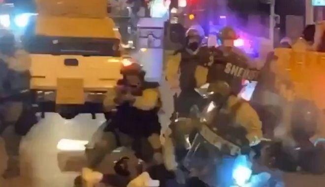 Ωμή αστυνομική βία ξανά στους δρόμους των ΗΠΑ: Αστυνομικός χτυπάει με ασπίδα διαδηλωτή