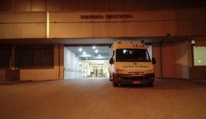 Ασθενοφόρο στην είσοδο των Επειγόντων Περιστατικών του Γενικού Νοσοκομείου Τρικάλων.