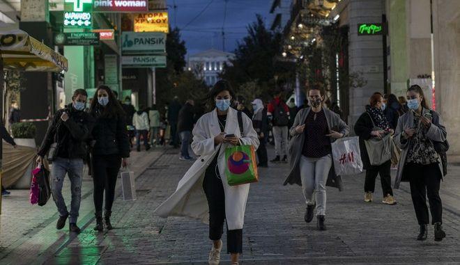 Κόσμος με μάσκες κάνει βόλτα στην Ερμού εν μεσω Lockdown