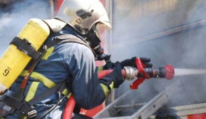 Περιορίστηκε η φωτιά στα Καλύβια