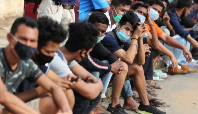 Άνθρωποι με μάσκες στην Ινδία