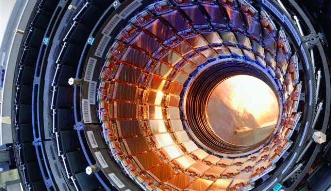CERN: Ενδείξεις για νέο σωματίδιο