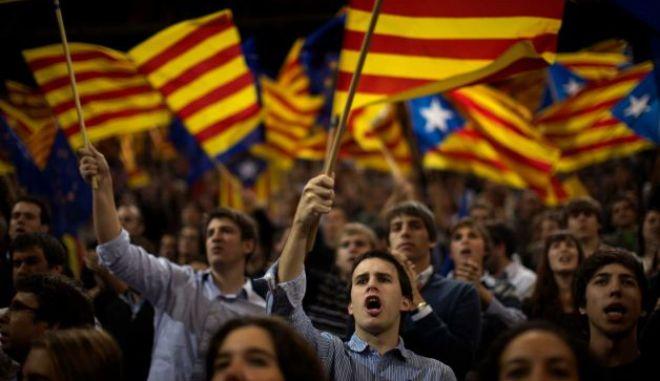 """Καταλονία: Νίκη του CiU χωρίς αυτοδυναμία """"δείχνει"""" το πρώτο έξιτ-πολ"""