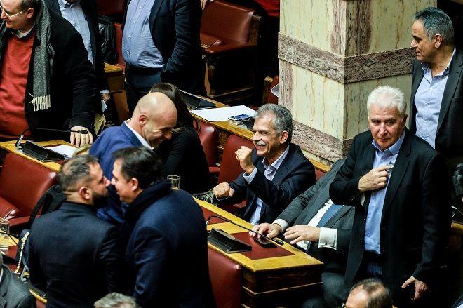 Στιγμιότυπο από την ψήφο εμπιστοσύνης στην κυβέρνηση. Ο Σπύρος Δανέλλης πανηγυρίζει.