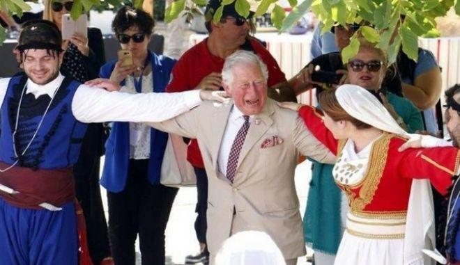 """Κάρολος: Το μαχαίρι της κρητικής στολής """"πάγωσε"""" την ασφάλεια του Πρίγκιπα"""