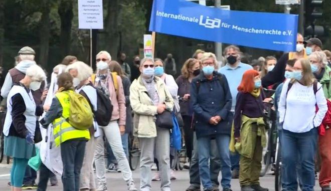 Στιγμιότυπο από την αντιφασιστική διαδήλωση στο Βερολίνο το Σάββατο