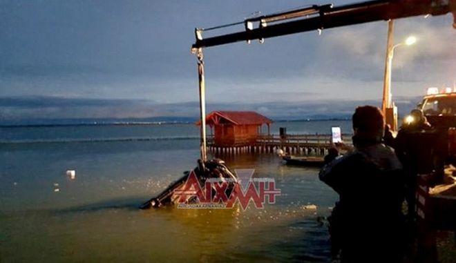 Μεσολόγγι: Νεκρός οδηγός που παρέσυρε ψαρά και έπεσε στη θάλασσα