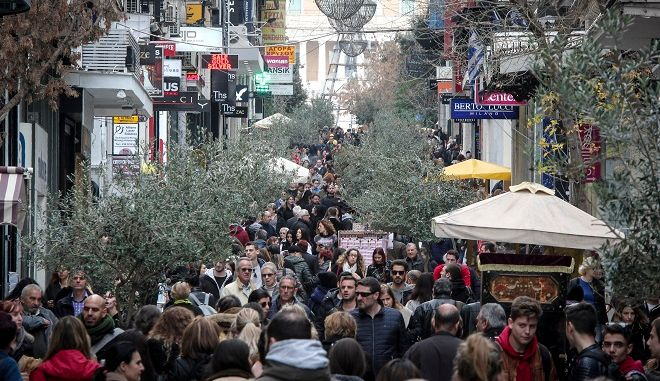 Κόσμος σε εμπορικό δρόμο στο κέντρο της Αθήνας