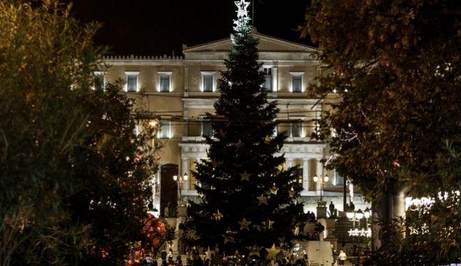 Το Χριστουγεννιάτικο δέντρο του δήμου Αθηναίων στην πλατεία Συντάγματος το βράδυ.