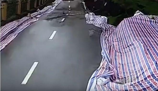 Συγκλονιστικό βίντεο: Η στιγμή που δρόμος καταρρέει στην Κίνα