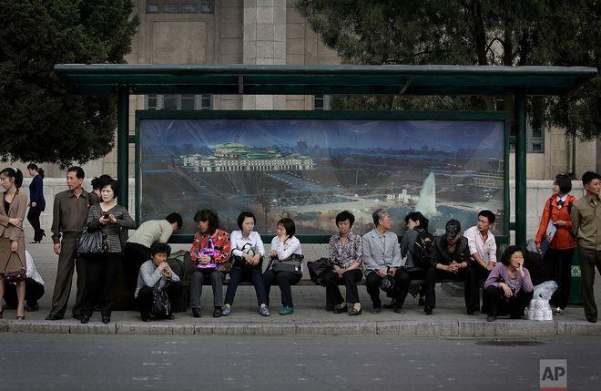 Εργαζόμενοι περιμένουν το τρόλει στο κέντρο της Πιονγιανγκ