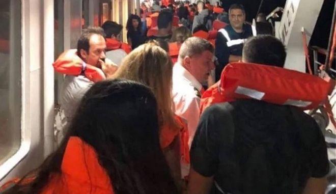 Οι επιβάτες με σωσίβια στο Ελευθέριος Βενιζέλος