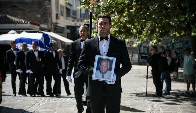Στιγμιότυπο από την κηδεία του πολιτικού και εκδότη Αντώνη Λιβάνη