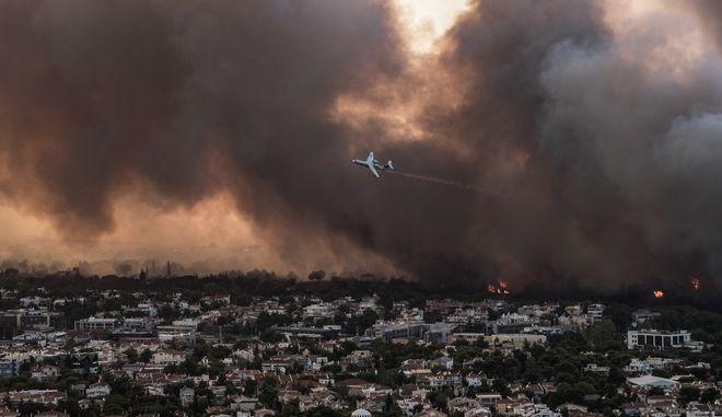 Η επέλαση της καταστροφικής φωτιάς στη Βαρυμπόμπη συνεχίστηκε κατά τη διάρκεια της νύχτας