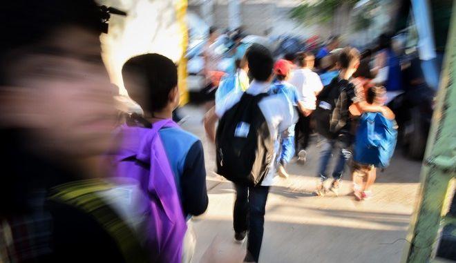 Παιδιά που φιλοξενούνται στην Ανοιχτή Δομή Φιλοξενίας Προσφύγων στον Ελαιώνα ετοιμάζονται να μεταφερθούν στα σχολεία για την πρώτη ημέρα του σχολικού έτους την Τρίτη 11 Σεπτεμβρίου 2018.