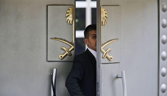 Η πόρτα του προξενείου της Σαουδικής Αραβίας στην Κωνσταντινούπολη.