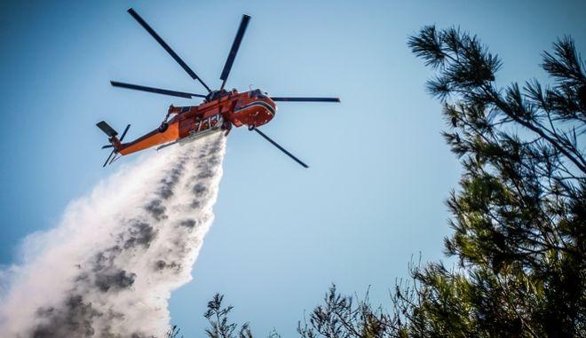 Ελικόπτερο της Πυροσβεστικής επιχειρεί σε δασική πυρκαγιά