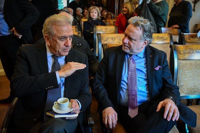 Ο Επίτροπος Μετανάστευσης Εσωτερικών Υποθέσεων και Ιθαγένειας Δημήτρης Αβραμόπουλος και ο αναπληρωτής υπουργός Εξωτερικών Γιώργος Κατρούγκαλος στην παρουσίαση του βιβλίου του δημοσιογράφου Γιώργου Λακόπουλου.