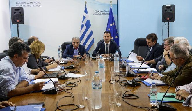 Η πρώτη συνεδρίαση της Επιτροπής, τον Οκτώβριο του 2018, για την ψήφο των εκτός την επικρατείας εκλογέων με τη συμμετοχή του τότε υπουργού Εσωτερικών, Αλέξη Χαρίτση