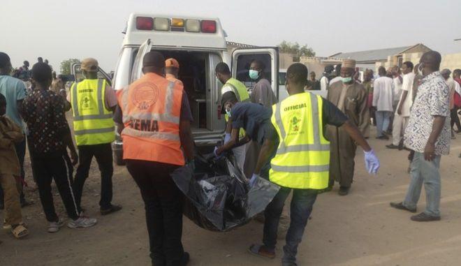 Σωστικά συνεργεία περισυλλέγουν σορούς θυμάτων από την επίθεση αυτοκτονίας στο Maiduguri
