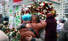 Δύο γυναίκες αγκαλιάζονται στην συγκέντρωση για να τιμήσουν τον 31χρονο Raman Bandarenka, ο οποίος πέθανε σε νοσοκομείο του Μινσκ μετά από αρκετές ώρες χειρουργικής επέμβασης λόγω σοβαρών τραυματισμών