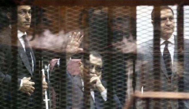 Με τριετή φυλάκιση καταδικάστηκε ο πρώην πρόεδρος Μουμπάρακ και οι δύο γιοι του για διαφθορά