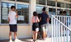 Υποψήφιοι μαζί με γονείς κοιτούν τους πίνακςες με τις βάσεις εισαγωγής σε ΑΕΙ και ΤΕι στο 30ο Λύκειο Αθηνών στην Κυψέλη, την Τετάρτη 26 Αυγούστου 2015. (EUROKINISSI/ΑΛΕΞΑΝΔΡΟΣ ΖΩΝΤΑΝΟΣ)
