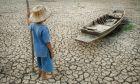 Παιδί που στέκεται μπροστά από ένα τοπίο με ξηρασία
