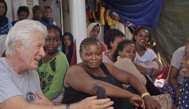 Ο ηθοποιός Ρίτσαρντ Γκιρ με μετανάστες σε πλοίο ανθρωπιστικής οργάνωσης στη Μεσόγειο
