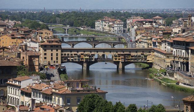 Η ιστορική γέφυρα Πόντε Βέκιο στη Φλωρεντία της Ιταλίας.