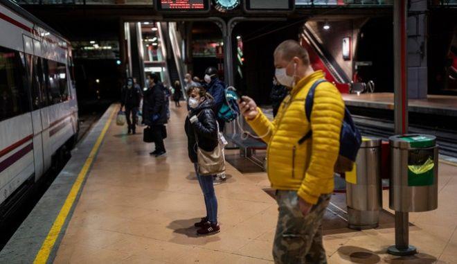 Κορονοϊός - Ισπανία: Πολίτες επιστρέφουν στις εργασίες τους με μάσκες προστασίας