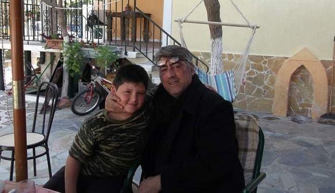 Ο ανιψιός του Θ. Ανεστόπουλου στα βήματα του θείου του - Στα 15 του έχει γράψει 100 στίχους τραγουδιών