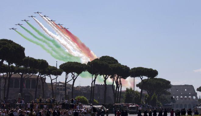 Εντυπωσιακές εικόνες από ιταλικά μαχητικά που αφήνουν τα χρώματα της ιταλικής σημαίας στον ουρανό της Ρώμης