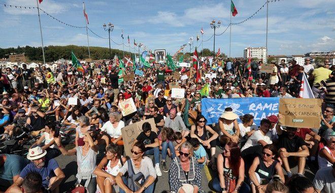 Καρέ από τις διαδηλώσεις για το κλίμα