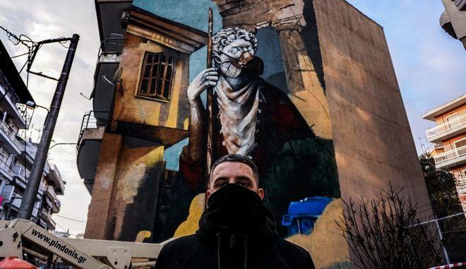 Ο street artist Λευτέρης Τούλης δημιούργησε γκραφίτι με θέμα την Covid-19 σε τοίχο πολυκατοικίας στη Δράμα