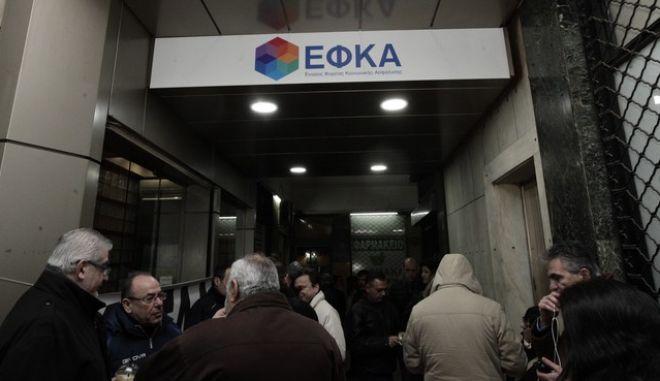 Οι εργαζομενοι στα γραφει του ΕΦΚΑ προεβησαν σημερα σε καταληψη των χωρων  του κτηριου διαμαρτυρομενοι για την ελλειψη καθαριστριων καθως και πορων για την καθαριοτητα των γραφειων τους Κατηγγειλα οτι με δικα τους χρηματ σε ερανους αγοραζουν τα ειδη καθαριοτητας παραλληλα  δε καθαριζουν τοα γραφεια εκ  περιτροπης--//ΧΡΗΣΤΟΣ ΜΠΟΝΗΣ//EUROKINISSI