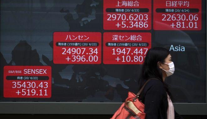 Γυναίκα περπατάει στο Τόκυο