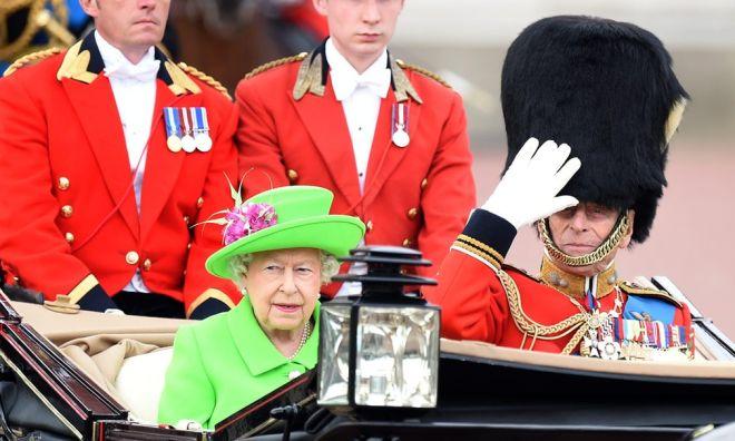 Γενέθλια Βασίλισσας Ελισάβετ: Στρατιωτική παρέλαση και η μικρή Σάρλοτ στο μπαλκόνι των ανακτόρων