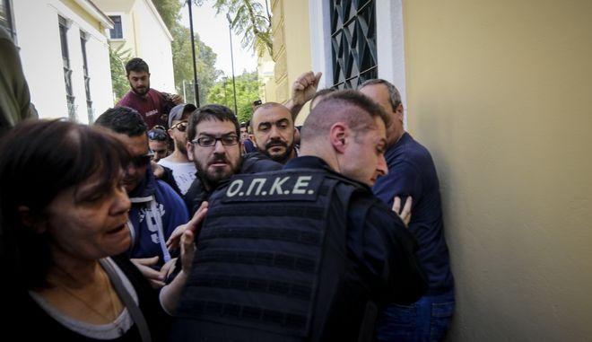 Συγκέντρωση του ΠΑΜΕ στα δικαστήρια της Ευελπίδων, με αφορμή τις συλλήψεις δύο νεαρών διαδηλωτών την Τρίτη 17 Απριλίου 2018.