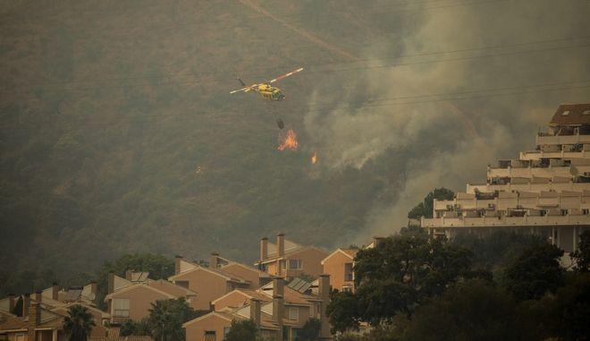 Φωτιά στην Ισπανία: Νεκρός πυροσβέστης - 1000 εκτοπισμένοι