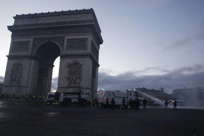 Η αστυνομία κάνει χρήση νερού υπό πίεση σε διαδηλωτές στο Παρίσι
